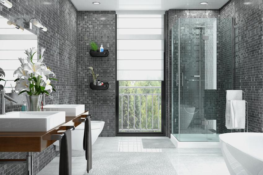 Modernes Badezimmer in weiß und schwarz mit Dusche, Badewanne, WC, Bidet und zwei Waschbecken mit einem großen Spiegel